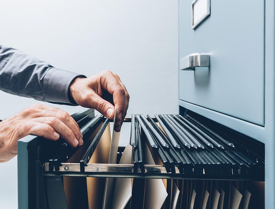 Mann organisiert Schublade mit Unterlage